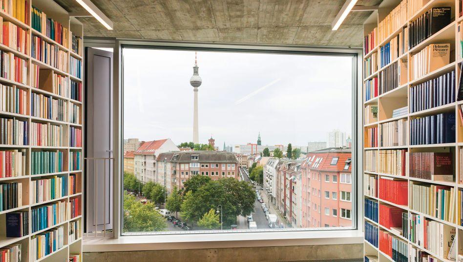 Blick aus dem Suhrkamp-Gebäude aufs Scheunenviertel mit dem Fernsehturm am Alexanderplatz im Hintergrund.