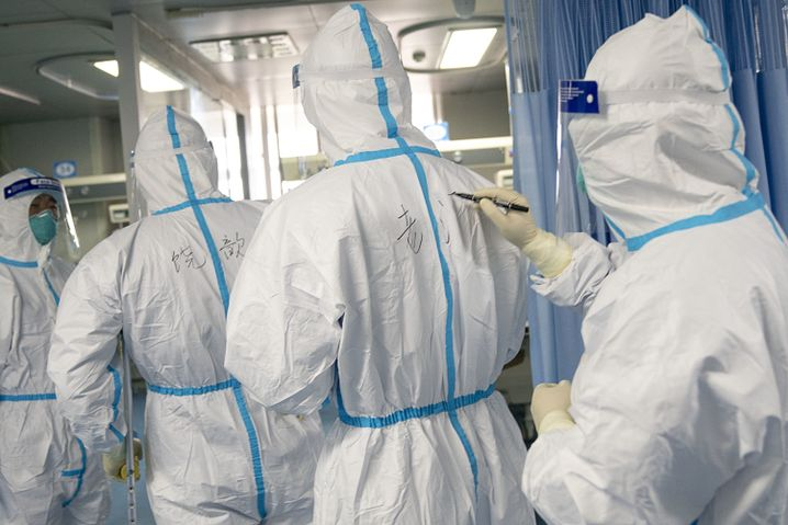 Klinikpersonal in Wuhan: Schutzanzüge und Testverfahren für das neue Coronavirus werden knapp