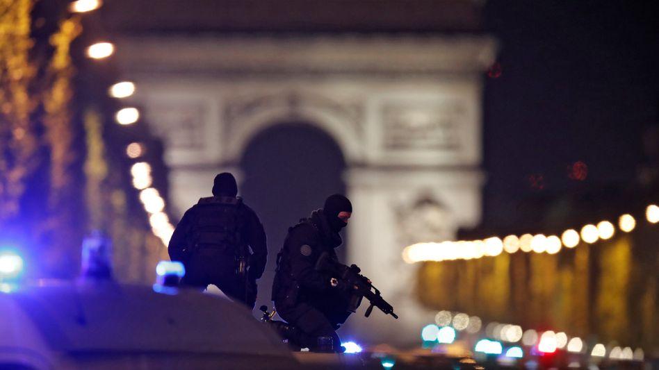 Polizisten auf den Champs-Élysées