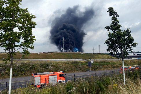 Schwarzer Rauch über dem Chempark Leverkusen