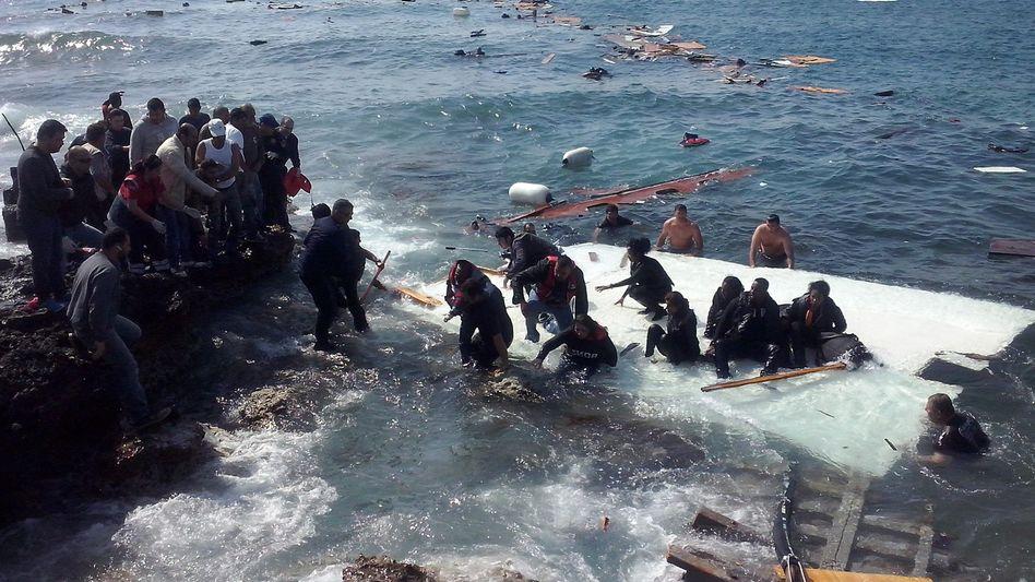 Mittelmeer: Erneut Flüchtlingsschiff mit 300 Menschen an Bord in Seenot