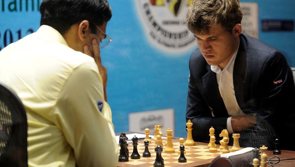 Anand (l.), neuer Weltmeister Carlsen: Gleichzeitig eine neue Dame geholt