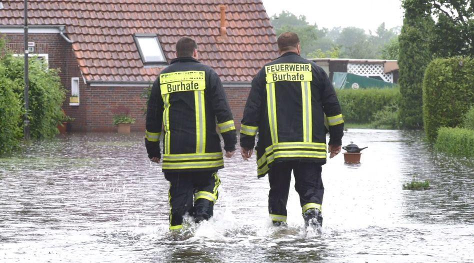 Feuerwehrleute am Dienstag in Niedersachsen: Kommunen sollen Kanalisation umbauen können