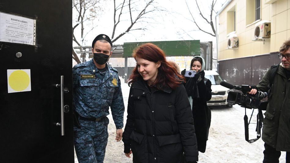 Die Pressesprecherin des russischen Oppositionellen Alexej Nawalny vor ihrer Gerichtsanhörung