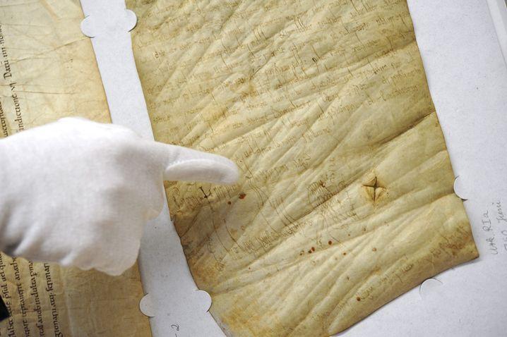 Deutschlands älteste originale Königsurkunde: Das Pergament wurde vor 1250 Jahren verfasst. Karolinger-König Pippin III., Vater Karls des Großen, verfügte darin 760 eine großzügige Schenkung an das Kloster Fulda