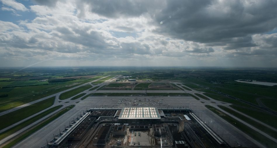 Luftbild des Flughafens Berlin-Brandenburg: Flugroute über Wannsee verboten