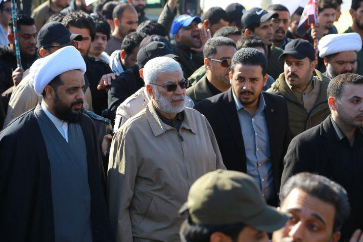 Jamal Jafaar Ibrahimi (2.v.l) vor der US-Botschaft in Bagdad