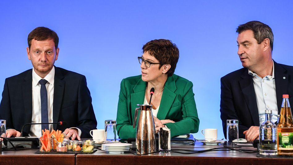 Der sächsische Ministerpräsident Michael Kretschmer, CDU-Vorsitzende Annegret Kramp-Karrenbauer und der bayerische Ministerpräsident Markus Söder. In Sachsen liegt die CDU derzeit bei 30 Prozent