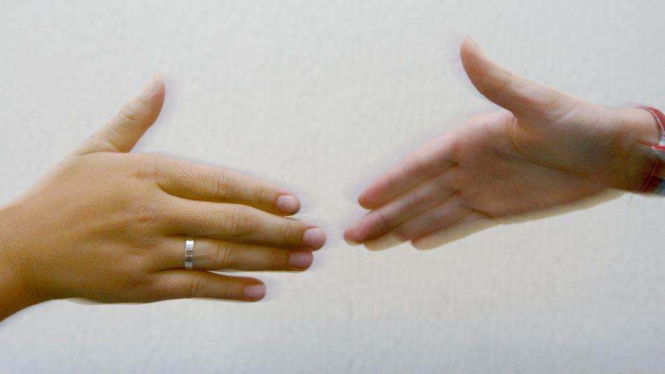 Das Händeschütteln ist in Deutschland üblich - aber nicht zwingend