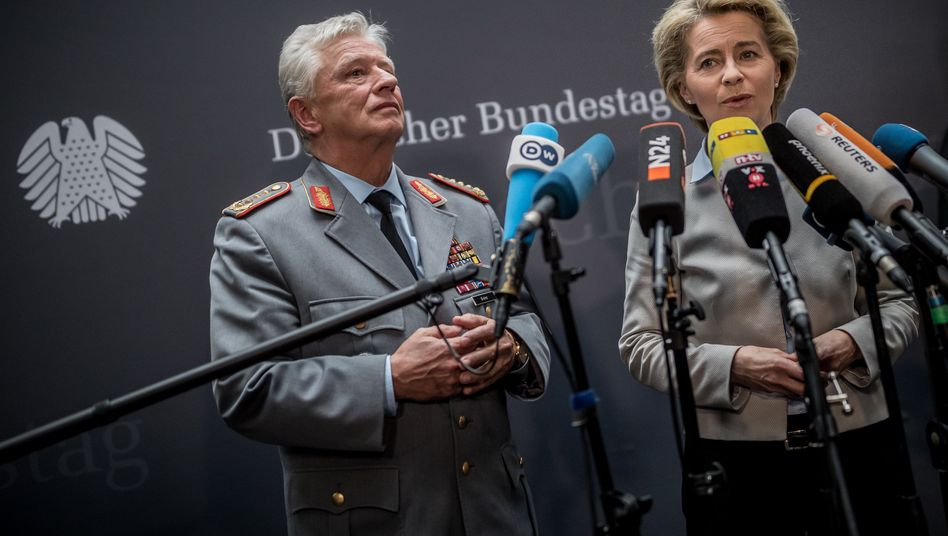 Verteidigungsministerin Ursula von der Leyen (CDU) und Volker Wieker, Generalinspekteur der Bundeswehr