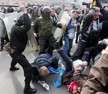 """St. Petersburg, 15. April 2007: Russische Polizei prügelt eine Demonstration der Organisation """"Ein anderes Russland"""" nieder"""
