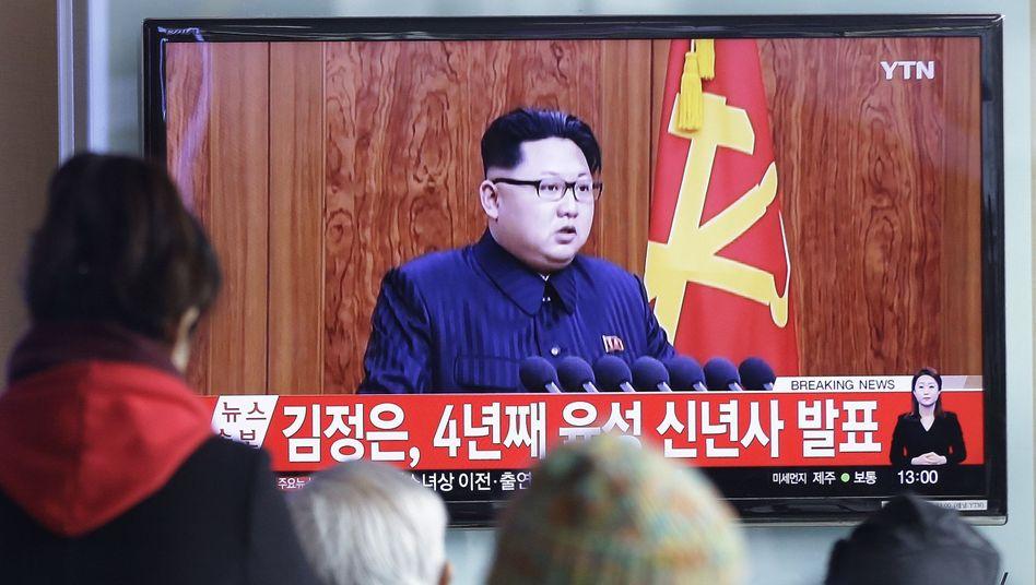 Südkoreaner verfolgen in Seoul die Neujahrsansprache von Kim Jong Un