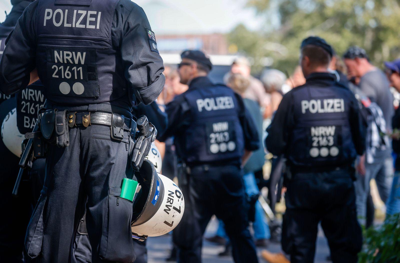 20.09.2020, Duesseldorf, Nordrhein-Westfalen, Deutschland - NRW Polizei im Einsatz bei Anti-Corona Demonstration, Demons