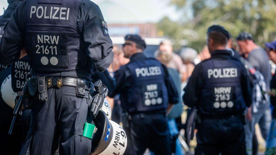 Polizisten auf einer rechten Demo in Düsseldorf (Symbolbild): Wie verbreitet sind rechtsextreme Tendenzen in den Sicherheitsbehörden selbst?
