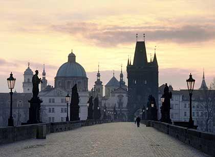Heimweg mit Stil: Besonders schön wankt es sich nach einem Kneipenbummel in Prag über die Karlsbrücke nach Hause