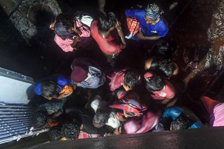 Dorfbewohner indischen Bundesstaat Westbengalen suchen am 9. November 2019 Schutz vor dem Zyklon Bulbul