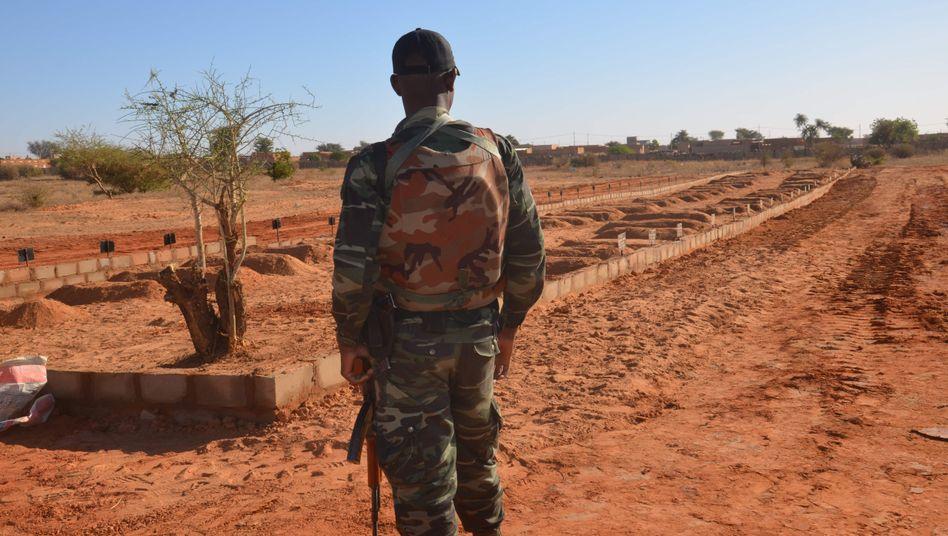 Ein nigrischer Soldat blickt auf die Gräber seiner 71 Kameraden, die bei einem Islamistenangriff Anfang Dezember getötet wurden