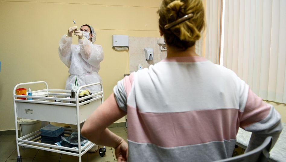 Fertig zur Impfung: In Moskau bereitet eine Schwester eine Spritze mit dem russischen Vakzin gegen das Coronavirus, Sputnik V genannt, vor