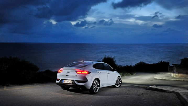 Autogramm Hyundai i30 Fastback: Hintenrum schlank