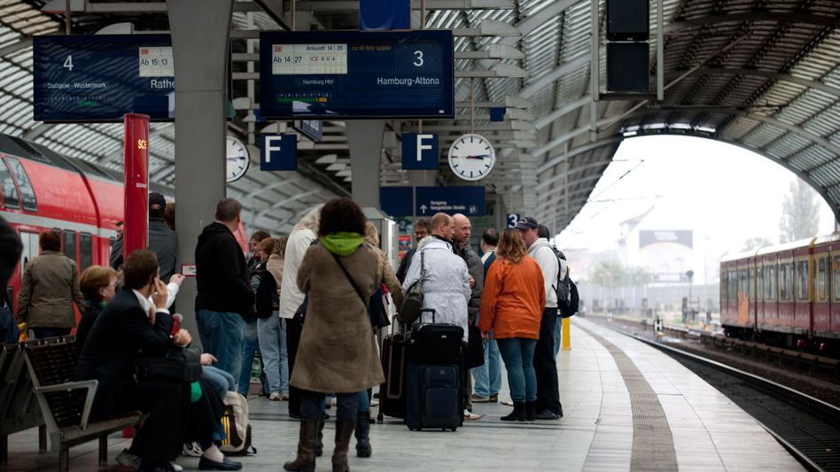 Wartende Reisende in Berlin: Sämtliche Züge nach Hamburg brauchen derzeit länger