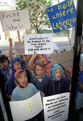 Niedersächsische Schüler: Demonstrierten mit Kopftüchern für ihre Lehrerin
