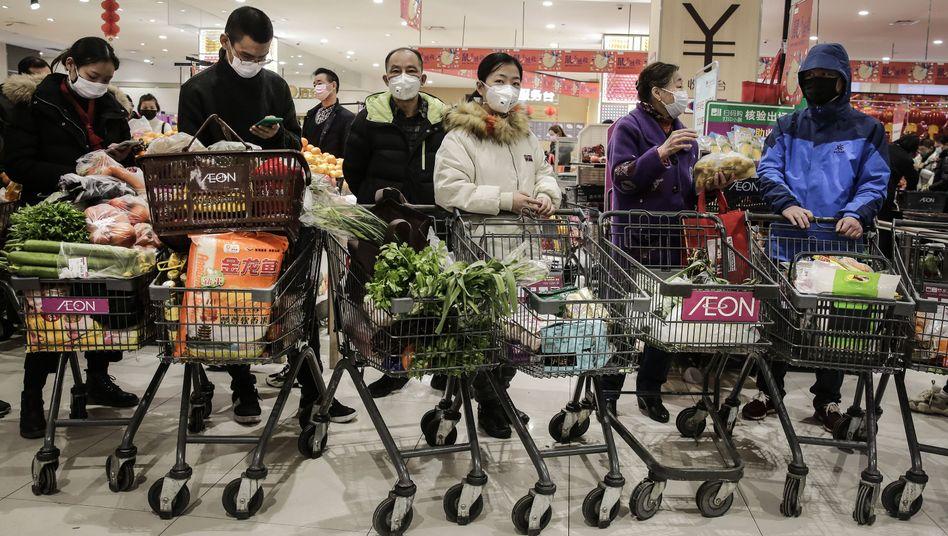 Supermarktkunden mit Mundschutzmasken in Wuhan: Schwer zu erfüllende Erwartungen