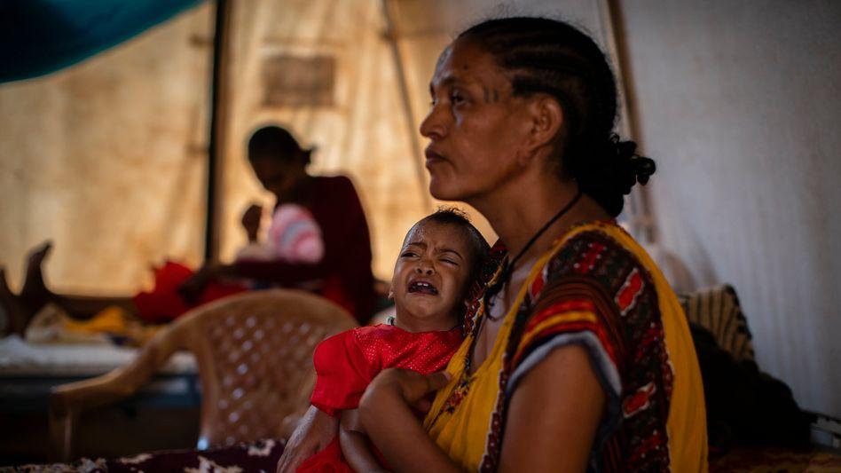 Eine Mutter hält ihre unterernährte 22 Monate alte Tochter im Arm. Das Foto entstand in einem Zelt für medizinische Behandlungen im Norden Äthiopiens