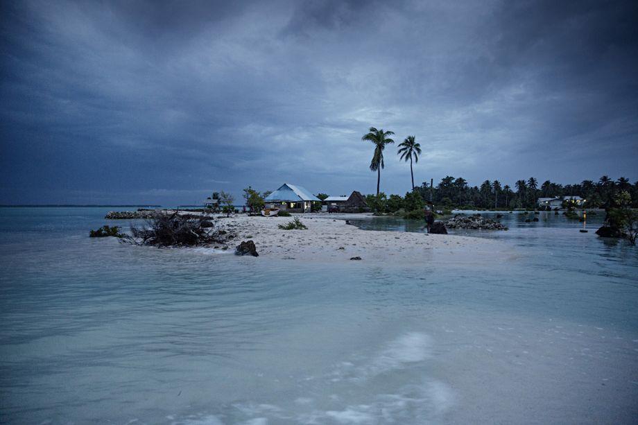 Kiribati unter Druck: Das kleine Dorf Eita ist bei Flut mittlerweile eine eigene Insel, jedes Jahr steigt das Wasser weiter