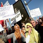 Demonstrierende Studentinnen in Istanbul: Verhüllt in die Vorlesung