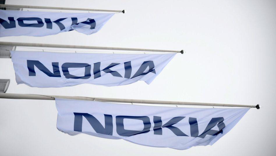 Flaggen vor dem Nokia-Hauptquartier in Espoo (Finnland)