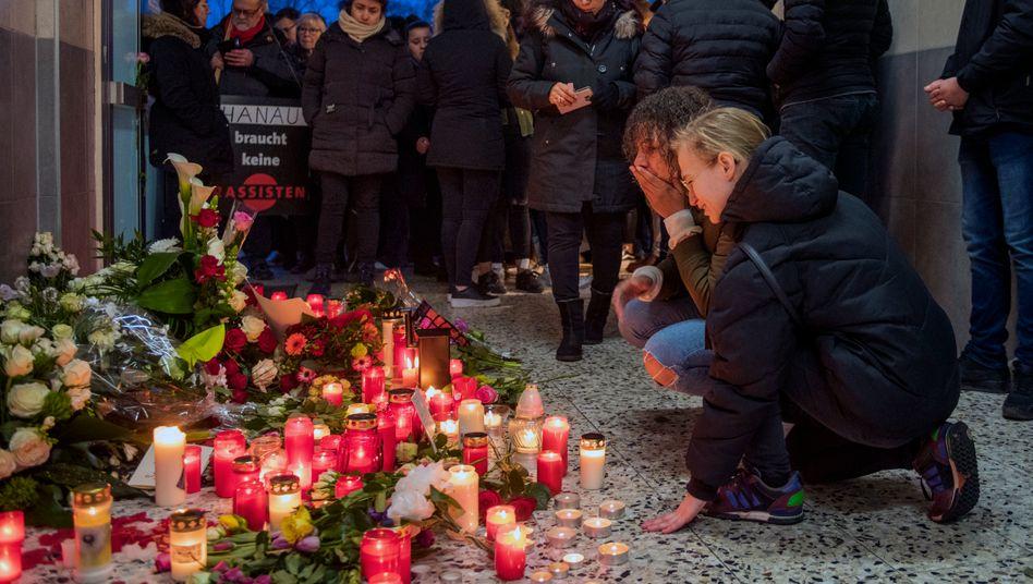 In Hanau gedenken Bürger der Opfer des Terrorattentats