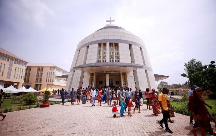 Gemeinsames Gebet: Gläubige verlassen eine Kirche in Abuja, Nigeria