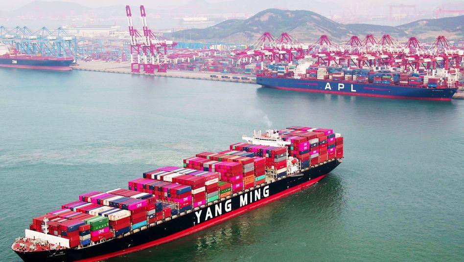 Containerschiffvor der chinesischen Stadt Qingdao