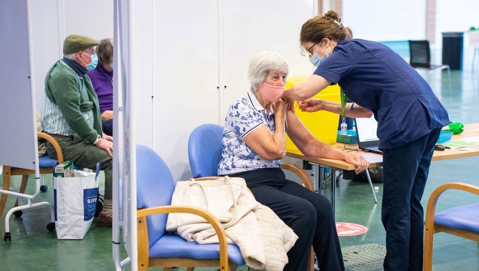 In Großbritannien ist der Impfstoff von AstraZeneca auch für Ältere zugelassen