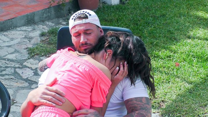 Mike tröstet Elena, die ihre kleine Tochter vermisst