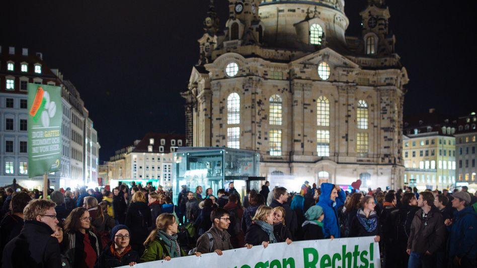 """Gegendemonstranten in Dresden vor der Frauenkirche: """"Herz statt Hetze"""""""