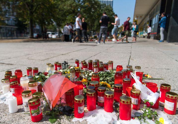 Blumen und Kerzen am Tatort (August 2018)