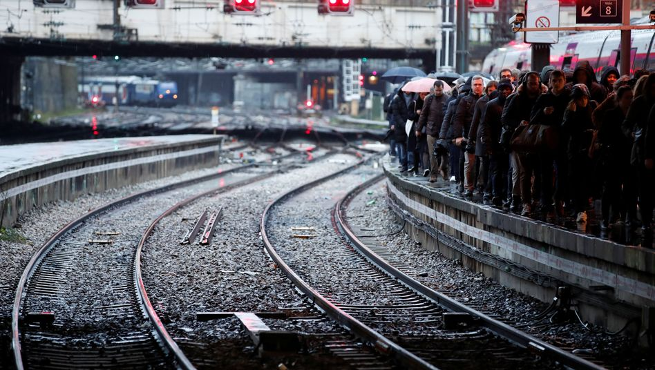 Pendler im Pariser Bahnhof Saint-Lazare: 620 Kilometer Verkehrsstau