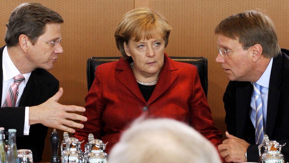 Merkel (mit Vize Westerwelle, Kanzleramtschef Pofalla): Vorwürfe in die falsche Richtung?