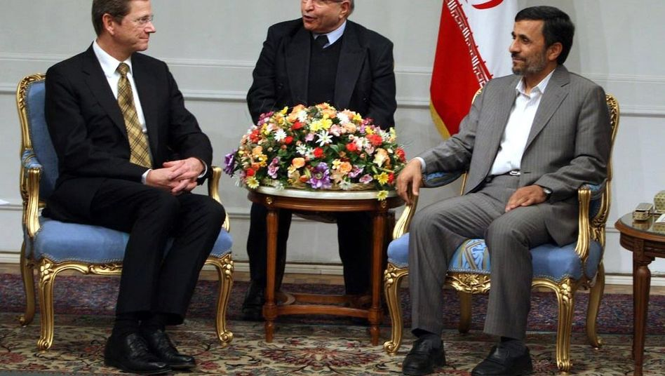 """Außenminister Westerwelle, Präsident Ahmadinedschad: """"Zweifelhafter Deal"""""""