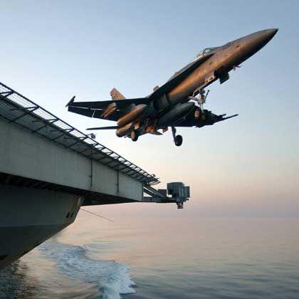 Spitzen-Waffentechnik: Eine US-amerikanische F/A-18A Hornet hebt von einem Flugzeugträger im Golf südlich des Iraks ab.