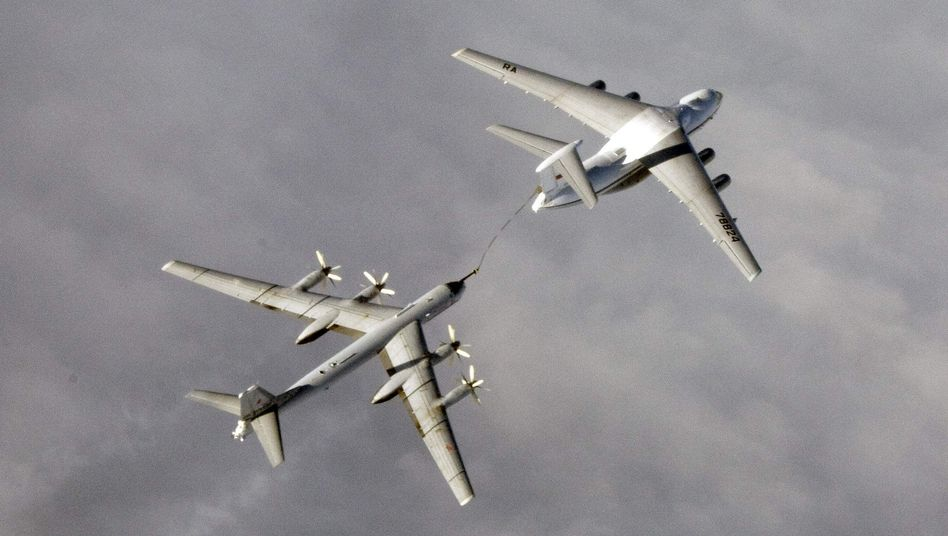 Russischer Tu-95-Langstreckenbomber bei Militärübung: Störmanöver für die zivile Luftfahrt
