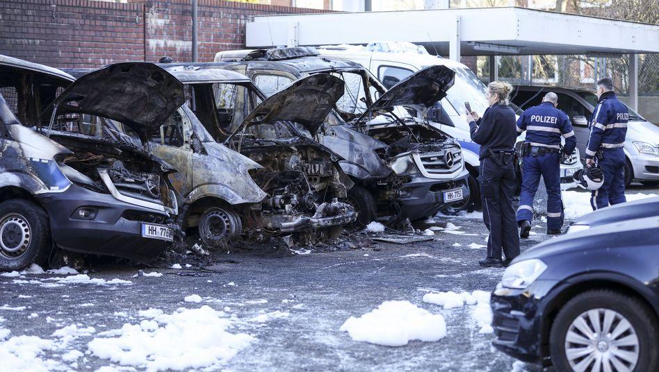 Ausgebrannte Polizeifahrzeuge in Hamburg