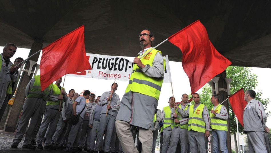 Demonstrierende Peugeot-Arbeiter (im Juli): Die Industrie leidet unter einer Absatzflaute