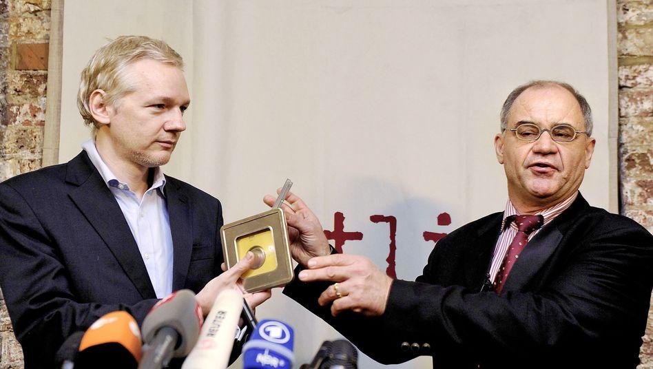 WikiLeaks-Gründer Assange (l.), Ex-Banker Elmer: Inszenierte Übergabe der Steuer-CD