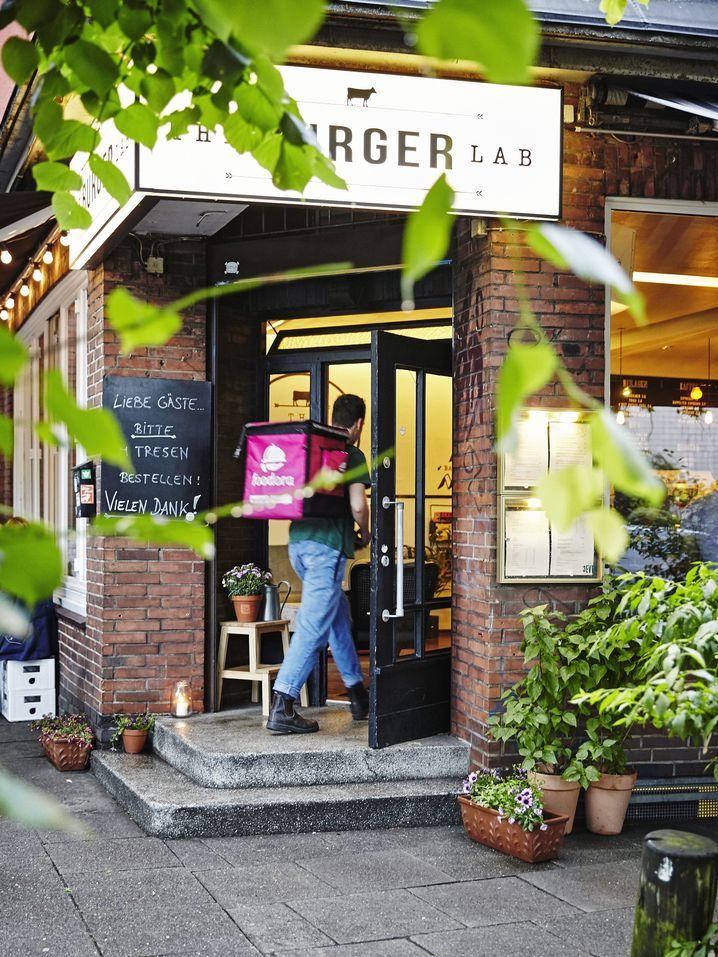 Foodora-Fahrer vor Restaurant in Hamburg