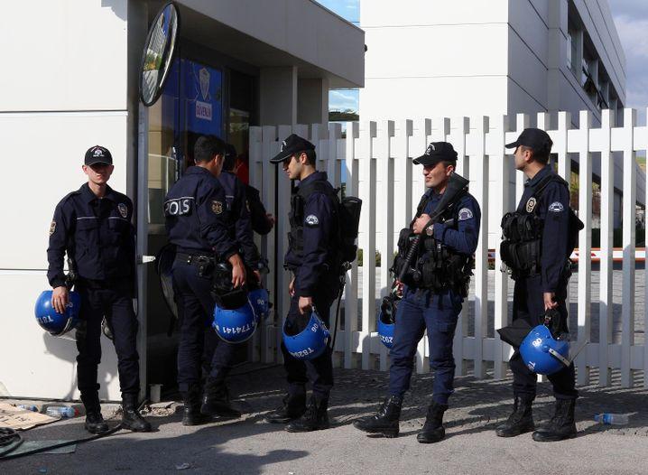 Polizisten vor Zentrale von Koza-Ipek-Konzern: Einsatz kurz vor der Wahl