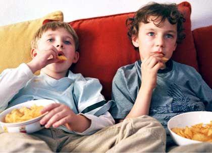 Zwei Jungen auf Sofa: Nachgeborene in der IQ-Falle