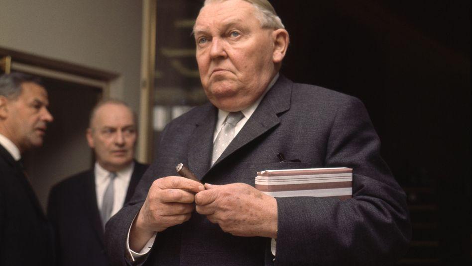 Früherer Kanzler Ludwig Erhard (Aufnahme von 1964): Geplanter Deal mit der Sowjetunion