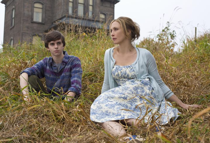 """Bates Motel"": Freddie Highmore als Norman Bates, Vera Farmiga als Mutter Norma"